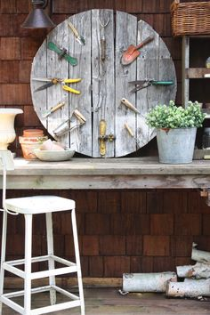 This DIY pallet wall clock with garden tools is the perfect accent piece to an outdoor area. #diy