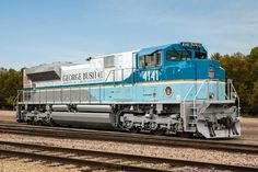Perhaps more neat than interesting as f**k, Union Pacific locomotive with a Train Force One livery for George HW Bush's funeral service. Train Route, By Train, Train Tracks, Train Rides, Train Art, Union Pacific Train, Union Pacific Railroad, Bonde, Railroad Photography