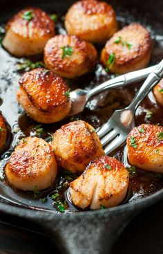 These quick and easy Sriracha Glazed Seared Scallops are finished off with a…