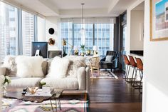 Small Living Rooms, Living Room Sofa, Apartment Living, Living Room Designs, Apartment Therapy, High Rise Apartments, Green Sofa, White Walls, Mid-century Modern