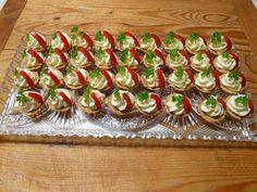 Ze surovin vypracujeme hladké těsto a necháme odpočinout. Naplníme do malých košíčků a na 175 stupních upečeme. Teplé vyklopíme. Vychladlé... Yummy Appetizers, Appetizer Recipes, Asia Salat, Czech Recipes, Ethnic Recipes, Party Sandwiches, Cupcakes, Snacks, Finger Foods
