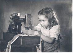 Девушка шьет фото