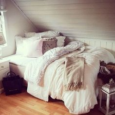 Cozy bedroom and could be used as a sitting place when not in use! Perfect for a guest room/libbrary!