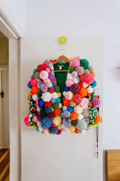 textile : tricot, gilet, pompons, multicolore