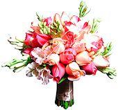 Delicadíssimo bouquet em tons de rosa, confeccionado com rosas nacionais, alstroemérias e angélicas e acabamento em cetim.