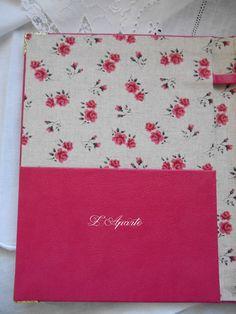 Bloc notes en cartonnage, simili cuir et tissu petites roses.