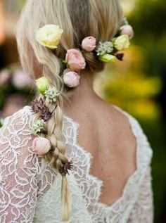 Flechtfrisur mit eingeflochtenen Rosen-Brautkleid mit Spitze-Überzug
