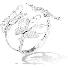 The Flying Butterfly collection, with its distinctive openwork design, pays tribute to the charm and grace of this delicate creature. For this delightful bracelet, two butterflies deploy glittering wings of diamonds set in white gold. High Jewelry, Modern Jewelry, Luxury Jewelry, Van Cleef And Arpels Jewelry, Van Cleef Arpels, Butterfly Bracelet, Butterfly Jewelry, Titanic Jewelry, Jewelry Drawing