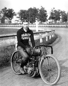 Ralph Hepburn com sua bicicleta Harley-Davidson, em fotografia de 1919. - Wikipedia, the free encyclopedia.