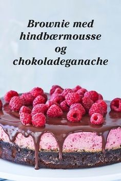 Chokoladen smelter sammen med den syrlige og søde hindbærmousse i kagen her - som også pynter på bordet!