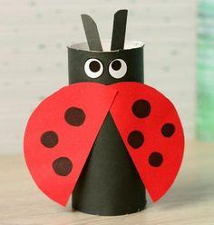 une-coccinelle-fabriquée-à-partir-d-un-rouleau-de-papier-toilette-noir-avec-des-ailes-rouges-à-points-noirs-activite-manuelle-enfant