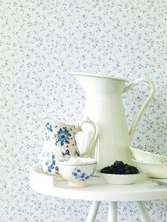 Tan solo colocando un papel pintado de flores pequeñas lograrás una estancia encantadora, repleta de aires vintage Country Dining Rooms, Tiles, Dining, Petite Fleurs, Wall, Kitchen, Floral Wallpaper, Sweet Home, Home Diy