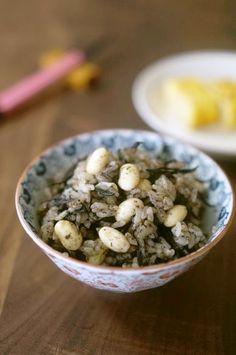 ひじきとお豆の黒ごはん 黒パワーみなぎる滋養ごはん 練りごまのコクに甘い蒸し大豆がポイント 女性に嬉しい栄養もたっぷりです (*´∀`*) うさぎのシーマ 材料 (1.5合分) 米 1.5合 乾燥ひじき 大さじ1強(5g) 蒸し大豆又は水煮大豆 100g ◎黒練りごま 小さじ2 ◎醤油 大さじ1.5 ◎酒 大さじ1.5 ◎みりん 大さじ1/2 ◎顆粒だしの素 小さじ1 水 330ml 作り方 1 ・米は洗い、ザルに上げて水気を切っておく ・ひじきは水で戻してザルに上げ水気をしっかりと切る 2 炊飯器の内釜に米と◎を全て加え、水を注いでざっと混ぜ ひじきをのせて炊飯する (我が家は炊き込みモードを使用) 3 炊きあがりに大豆を入れ、10分蒸らす 4 しゃもじでさっくりと返し、茶碗によそう コツ・ポイント ・大豆は炊きあがり後に加えて蒸らし食感も楽しみます。蒸し大豆がベターですが、水煮でもOK! ・練り胡麻は油分を含むので入れ過ぎると味がくどくなります。増やしても大さじ1程度までが良いと思います ・白練り胡麻を使うと優しい色合いに♬ レシピの生い立ち お豆にひじき、胡麻が大好き♥…
