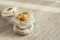Muesli was invented in the early by a Swiss doctor named Maximilian Bircher-Benner, who was a leading member of the radical vegetarian and pro-nutrition societies of the day. Breakfast In A Jar, Diet Breakfast, Breakfast Recipes, Breakfast Parfait, Breakfast Options, Breakfast Dishes, Muesli, Overnight Oats, Dash Diet Recipes