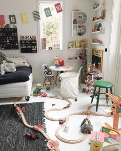 Vanlig syn hemma hos oss, känns som vi snart har en tågbana som går igenom halva huset || The playroom is now called the trainroom