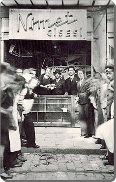 Eski zamanların İstanbul'u İstanbul'un en güzel fotoğrafları _ Eminönü /Bahçekapı - 1930 Nimet Abla Milli Piyango Gişesi.
