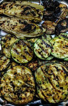 Endivias, berenjenas, zucchinis y portobellos grillados
