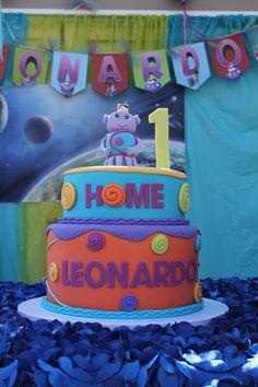 Boov cake with Solar System background from the movie Home, Leonardo, DreamWorks, HomeMovie, Yellow and Blue, Purple cake, Fondant Cake, Oh! cake, Home Theme party, Captain Smek, Pig Cat