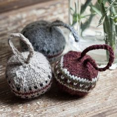 Knitted Christmas baubles made by a wooden nest. Free patern by espacetricot here http://espacetricot.wordpress.com/2011/12/10/christmas-is-today-right/