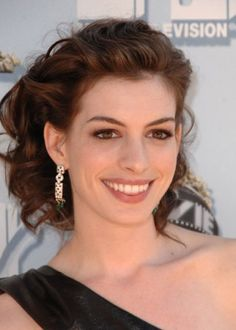 Anne Hathaway is one of my favorite celebrities. She's so classy and her smile is the most beautiful thing!