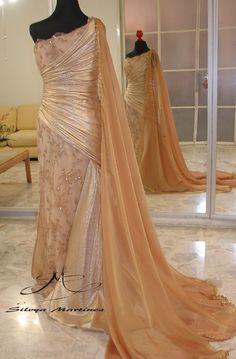 Vestido confeccionado en encaje bordado, drapeado y con cauda lateral, tematico de Diosa Griega