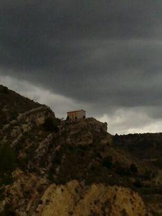 Día de sol y nubes por nuestro pueblo con temperaturas de 19º para hoy martes os dejo esta fotografía de Santa Bárbara