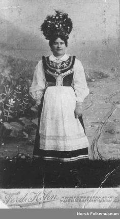 Digitalt Museum - Fra Anna Grostøls samlinger. Brudedrakt fra ca 1850-1860. Åseral, Vest-Agder 1943.