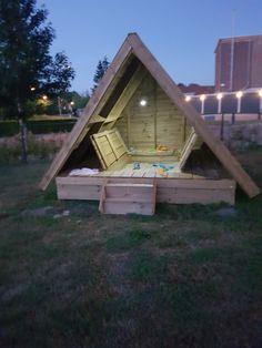 Mooie overdekte chillplek met ingebouwd een zandbak. Gemaakt door Marcel de Bruin met hout van Stange-Elburg.   Het bouwwerk is inmiddels afgebroken op last van de Gemeente Elburg omdat het in strijd was met het bestemmingsplan #fail