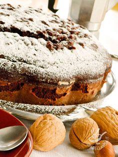 La Torta morbida di cioccolato e nocciole è un vero inno alla dolcezza. Potete servire questa torta tradizionale con una salsina alla vaniglia. #tortacioccolatonocciole