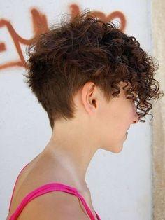 Cortes de pelo rizado corto para mujeres 2014: fotos de los peinados - Cabello muy corto con cresta rizada