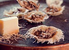 Cestinha de parmesão com mix de cogumelos  (Foto: Lufe Gomes / Editora Globo)