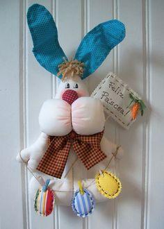 Coelho de tecido com plaquinha e varalzinho com ovos                                                                                                                                                                                 Mais