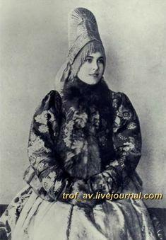 oI< Девушка в костромском праздничном костюме, 1900е г.