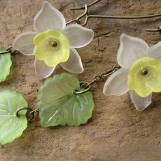Daffodil Earrings Lucite flower earrings in by ArtifactsEtCetera Lucite Flower Earrings, Beaded Earrings, Earrings Handmade, Flower Jewelry, Wire Jewelry, Jewelry Crafts, Beaded Jewelry, Jewlery, Acrylic Flowers