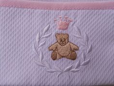 Kit fralda de boca ( 31x31cm ) + fralda de ombro ( 53x65cm ) 100% algodão com barrado de piquet bordado guirlanda com ursinho e coroa .   Obs: a cor da coroa e do viés pode ser azul claro.