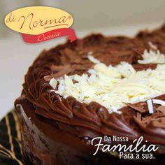 Bolo Casadinha: Bolo de chocolate recheado com creme de chocolate ao leite e branco. #love #cake #DiNorma #curta e #compartilhe