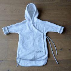 Fien draagt 's ochtends altijd haar Koeka-badjasje. Het is een schattig overslagmodel. Heel handig vind ik dat want het badjasje glijdt nooi...