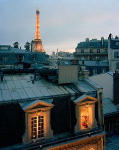 Quand la nuit tombe, la Dame de Fer se pare de ses plus beaux atours...  #paris #toureiffel: