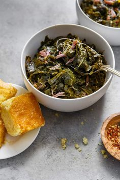 Side shot of a white bowl filled with Southern Collard Greens with hamhock against gray background with cornbread Vegetarian Barbecue, Barbecue Recipes, Vegetarian Cooking, Vegetarian Recipes, Cooking Recipes, Italian Cooking, Oven Recipes, Easy Cooking, Easy Recipes