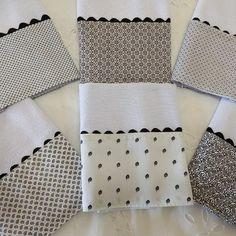6 pano prato preto e branco com bico no Elo7 | Jô Arte e Variedades (C4F6F9) Dish Towel Crafts, Dish Towels, Hand Towels, Tea Towels, Diy Mini Album, Mini Albums, Sewing Projects, Diy Projects, Baby Design