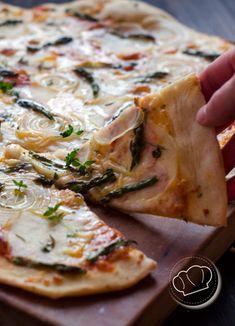 receta de pizza de patata, cebolla y espárragos trigueros. Potato, onion and asparragus pizza