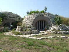 robot ranch ferris texas this earth sheltered monolithic dome home Maison Earthship, Earthship Home, Earth Sheltered Homes, Sheltered Housing, Monolithic Dome Homes, Earth Bag Homes, Underground Homes, Dome House, Unusual Homes