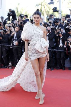 """Kendall Jenner Photos - Model Kendall Jenner attends the Beats Per Minute Battements Par Minute)"""" screening during the annual Cannes Film Festival at Palais des Festivals on May 2017 in Cannes, France. - Kendall Jenner Photos - 299 of 11210 Kendall Jenner Photos, Kendall Jenner Outfits, Jessica Chastain, Rihanna Red Carpet, Trajes Kylie Jenner, Palais Des Festivals, Natasha Poly, Diane Kruger, Linda Evangelista"""