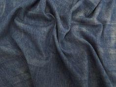 Denim Washed (Azul).         Malha composta por ponto largo, dando o aspecto de jeans. O diferencial é o beneficiamento em tie dye, criando um degradê sobre o tecido. Toque agradável a pele. Por se tratar de uma malha mais espessa, é ideal pra confeccionar partes de baixo.  Sugestão para confeccionar: legging, calça montaria, calça flare, shorts, entre outros.