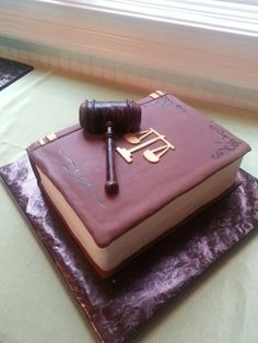 Law book cake made by Kakes By Kena Lawyer Cake, Bolo Fondant, Bolo Original, 25th Birthday Cakes, School Cake, Sugar Bread, Cold Cake, Retirement Cakes, Law Books