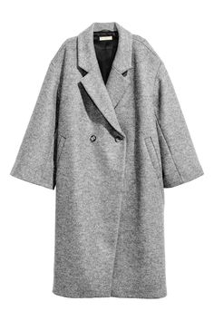 Abrigo oversize de lana: ALTA CALIDAD. Abrigo oversize de lana. Modelo de doble botonadura con hombros caídos, mangas amplias y bolsillos al bies. Forrado. Largo hasta las pantorrillas.