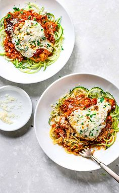 20 Minute Healthy Chicken Parmesan – Pinch of Yum Healthy Chicken Parmesan that is crispy, cheesy, saucy, and served over zucchini noodles. So easy! Healthy Snacks, Healthy Eating, Healthy Recipes, Cheap Recipes, Dinner Healthy, Healthy Dishes, Simple Recipes, Healthy Summer, Veggie Recipes