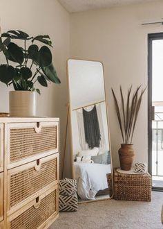 DÉCORATION : On veut du neutre Boho Bedroom Decor, Room Ideas Bedroom, Home Bedroom, Urban Bedroom, Bedroom Wall, Mirror In Bedroom, Boho Decor, Bedroom Designs, Ikea Bedroom Design