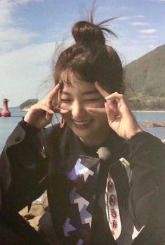 Oh look at miss Bae! Red Velvet Seulgi, Red Velvet Irene, Kpop Girl Groups, Kpop Girls, Asian Music Awards, Kang Seulgi, Foto Pose, Kpop Aesthetic, Peek A Boos