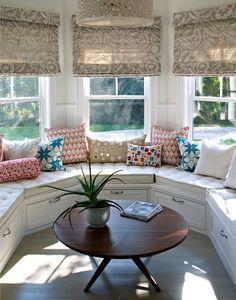 Banquette, lustre et fenêtre dans une vitre en baie